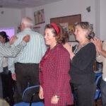 Un grupo de familiares realizando actividades de terapia grupal