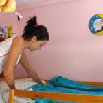 Una joven residente en una vivienda del Programa arregla su habitación